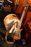 真正山羊皮肤金属桶和木头吉他 免版税图库摄影