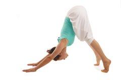 年轻真正瑜伽辅导员实践 库存图片