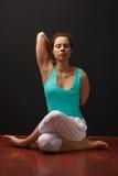 年轻真正瑜伽辅导员实践 免版税库存图片