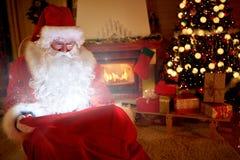 真正的圣诞老人带来圣诞节魔术  免版税库存照片