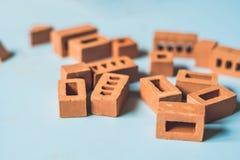 真正的小黏土砖在桌上 及早了解 开发 库存照片
