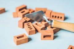 真正的小黏土砖在桌上 及早了解 开发 免版税库存图片