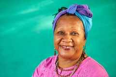 真正的微笑对照相机的人画象老黑人妇女 库存照片
