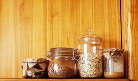 真正的有早餐成份的舒适木厨房关闭  免版税库存照片