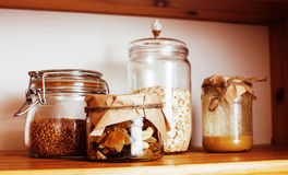 真正的有早餐成份的舒适木厨房关闭  免版税库存图片