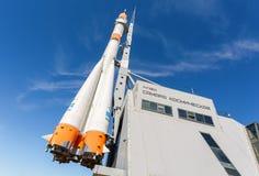 真正的联盟号航天器当纪念碑和博物馆翼果波斯菊 库存图片