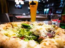 真正的epicureans的可口意大利白色比萨,烹调在w 图库摄影