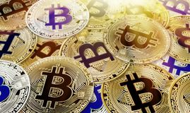真正货币背景真正硬币的Bitcoin Cryptocurrency概念 库存图片