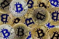 真正货币背景真正硬币的Bitcoin Cryptocurrency概念 免版税库存图片