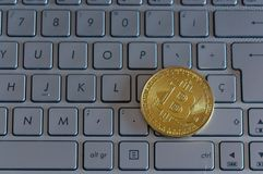 真正货币键盘咬住了币金硬币并且打印了与qr代码,位硬币概念,电子商务的被加密的金钱 免版税库存照片