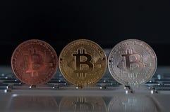 真正货币键盘咬住了币金硬币并且打印了与qr代码,位硬币概念,电子商务的被加密的金钱 库存图片