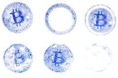 真正货币Bitcoin蓝色邮票的六个变形在白皮书的 对文件设计在隐藏货币的 免版税库存图片