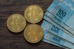 真正金钱、bitcoin和巴西金钱雷亚尔 免版税库存照片