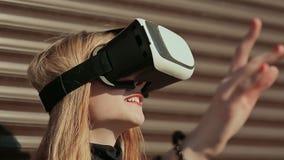 真正玻璃的一个时髦的女孩临近水平的棕色帷幕 接近面朝上 股票录像
