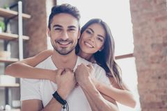 真的爱 年轻恋人美好的拉丁美州的混血儿夫妇是h 免版税库存图片