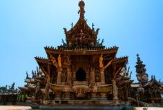 真相圣所是一个寺庙建筑在Pattaya, Thailand.The圣所是所有木头大厦充满在传统佛教和印度主题基础上的雕塑 免版税库存图片