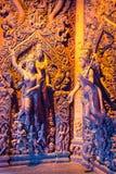 真相圣所是一个寺庙建筑在Pattaya, Thailand.The圣所是所有木头大厦充满在传统佛教和印度主题基础上的雕塑 图库摄影