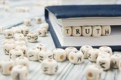 真相在木刻的词背景 木ABC 库存照片