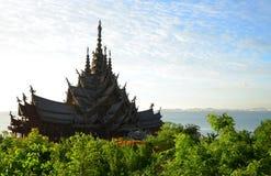 真相寺庙,芭达亚,泰国 木寺庙广泛地根据在一个平静的永恒的设置显示的高棉建筑学 免版税库存照片