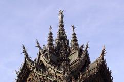 真相木佛教寺庙圣所的上部在帕塔 免版税库存图片