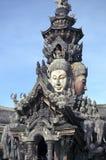 真相木佛教寺庙圣所的片段在芭达亚 免版税库存照片