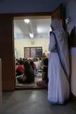 真福加尔各答的德肋撒来自世界各地` s传教士慈善和志愿者的姐妹在大量在母亲议院里在加尔各答 免版税库存照片