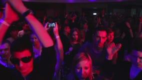 眨眼睛闪光灯轻的起重机射击了夜总会人群人跳舞的鼓掌 股票视频