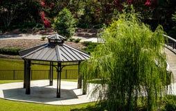 眺望台和垂柳在池塘旁边 图库摄影