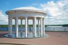 眺望台圆形建筑在伏尔加河的背景在一晴朗的7月天 梅什金,俄罗斯 免版税库存照片