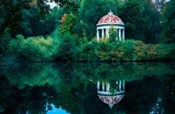 眺望台圆形建筑在公园由小池塘 免版税图库摄影