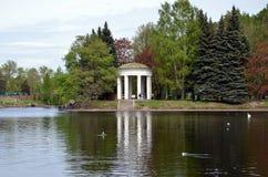 眺望台圆形建筑在天鹅池塘岸  库存照片