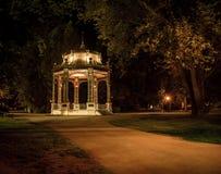 眺望台在一个公园在晚上 免版税库存照片