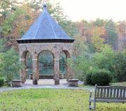 眺望台在沿湖的公园 免版税库存照片