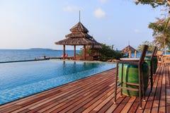 眺望台在海附近的木头和游泳池 库存照片