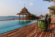 眺望台木头和游泳池 库存照片