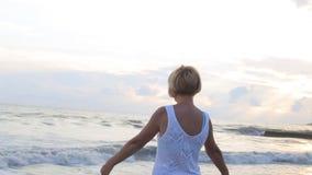 眺望台观看的日落的妇女 影视素材
