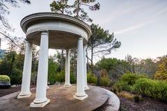 眺望楼亭子在晚上,别墅蒙塔尔沃县公园,萨拉托加,南旧金山湾区,加利福尼亚 免版税库存照片