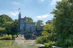 眺望楼城堡在中央公园在蓝天下 库存照片