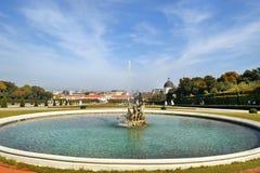眺望楼城堡的巴洛克式的公园在维也纳 免版税库存照片