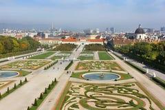 眺望楼城堡的巴洛克式的公园在维也纳 库存图片