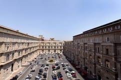 眺望楼庭院从一个的梵蒂冈博物馆的走廊 库存图片