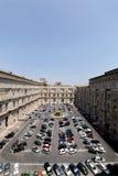 眺望楼庭院从一个的梵蒂冈博物馆的走廊 图库摄影