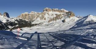 眺望楼谷晴朗的看法从Val di法萨Ski地区,特伦托自治省女低音阿迪杰地区,意大利的 库存照片