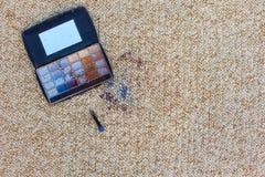 眼影在地毯落并且驱散了 顶视图 免版税库存图片