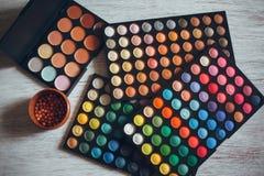 眼影膏和另一化妆用品 免版税库存照片