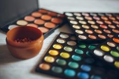 眼影膏和另一化妆用品 免版税图库摄影