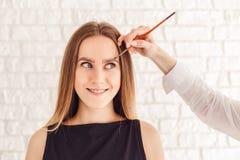 眼眉微笑的模型的更正做法与长的睫毛 库存图片