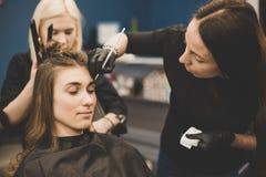 眼眉洗染 大师绘有无刺指甲花的眼眉给美女,绘与在美容师构成的沙龙的一把刷子 库存图片