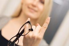 眼睛关心-在玻璃和联络之间的选择 图库摄影