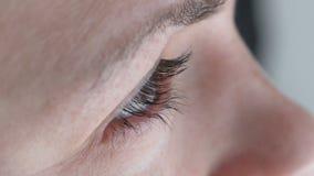 眼睛关闭  妇女观看在日落 影视素材